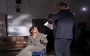 Assange lämnar intervjun. Bild från video