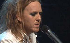 Tim Minchin sjunger sin alternativa julsång. Bild från video