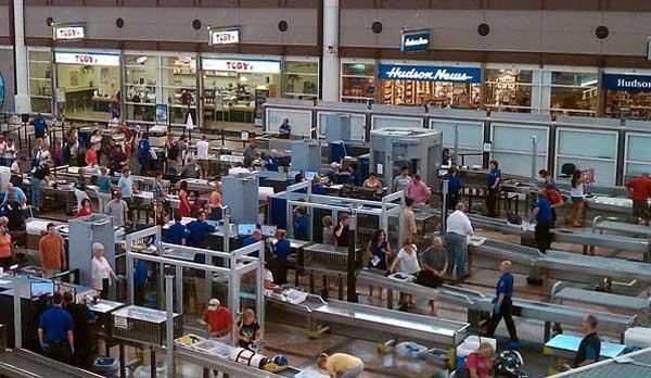 """Säkerhetskontroll vid flygplatsen i Denver, USA. Under """"Hudson News""""-skylten skymtar en kroppsskanner. Foto: Quinn Dombrowski/flickr"""