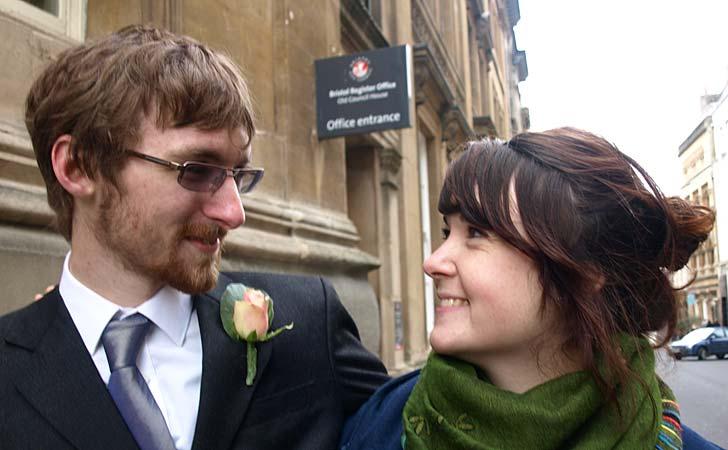 Ian Goggin och Kristin Skarsholt utanför myndigheten där de ansökte om partnerskap. Foto: Chris Houston