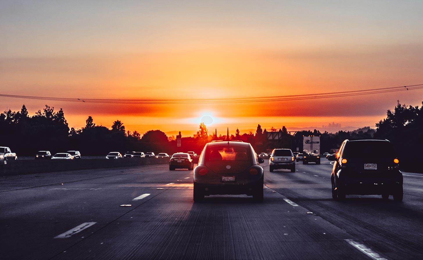 Bilar på motorväg. Foto: Xan Griffin / Unsplash