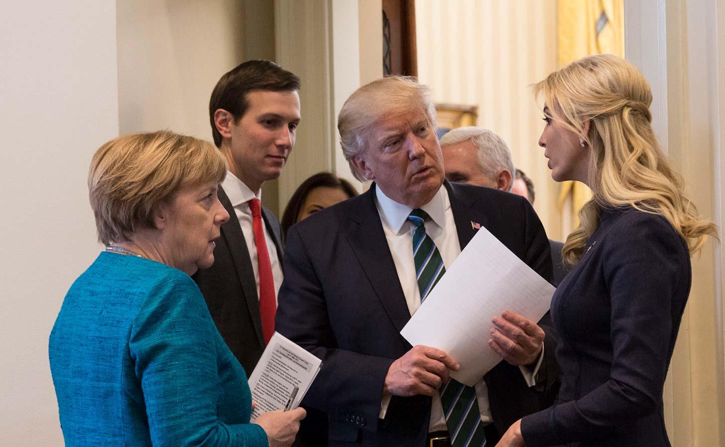 Donald Trump med familj träffar Tysklands förbundskansler Angela Merkel i Vita huset. Foto: Vita huset (public domain)