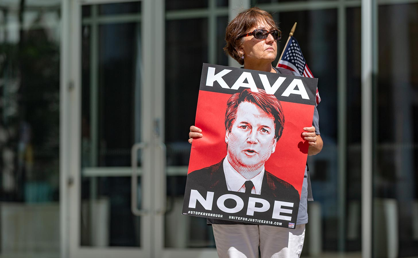 En kvinna protesterar mot nomineringen av Brett Kavanaugh till USA:s högsta domstol. Foto: Lorie Shaull / Flickr