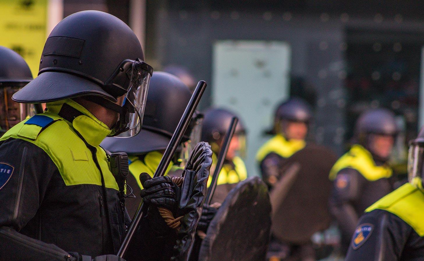 Polis vid demonstration (bilden är inte från den aktuella händelsen). Foto: Ben Koorengevel / Unsplash