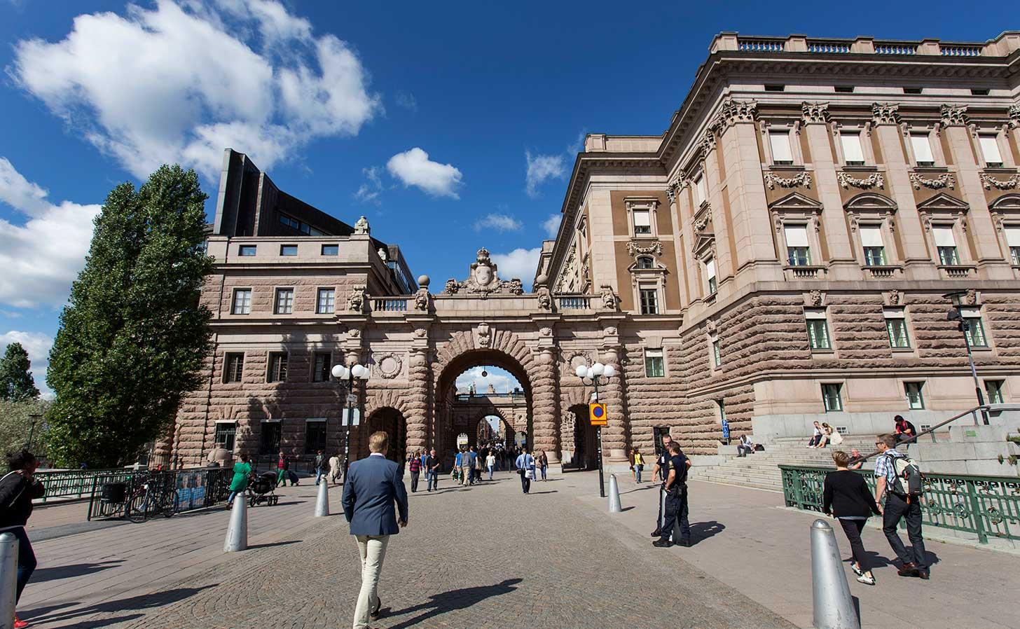 Sveriges riksdag en sommardag. Foto: Melker Dahlstrand/Sveriges riksdag.